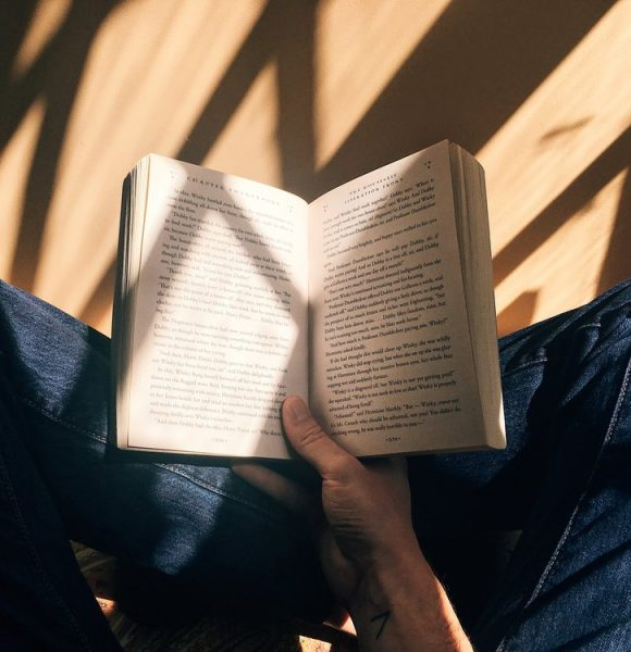 Book Owning as a Minimalist – All About the E-Readers and Used Book Stores